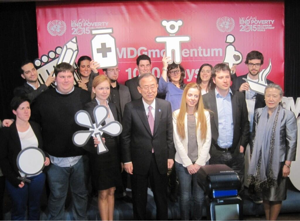 UNSG & young #Spain people mark 1,000 days of action 4 #MDGmomentum. @UN @WeCanEndPoverty