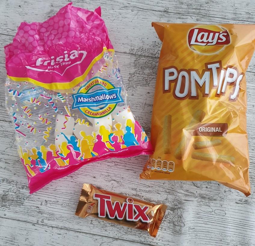 Traktatie Lay's Pomtips (friet chips) Twix en marshmallows