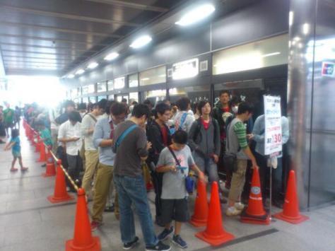 Gente haciendo fila para comprar Pokemon X/Y