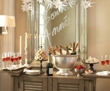 Bancada com espelho escrito felicitações e desejos ...