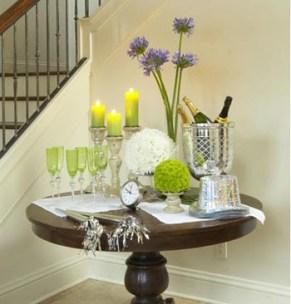 Mesa de canto com velas, flores, taças e bebidas