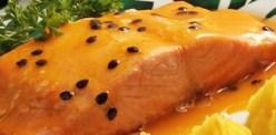 Postas de salmão grelhado ou assado com molho de maracujá