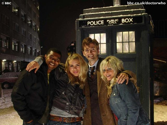 David Tennant as The Doctor with Billie Piper as Rose Tyler, Noel Clarke as Micky and Camille Coduri as Jackie - Doctor Who - The Christmas Invasion - BBC - 2005