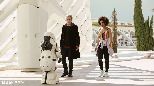 Doctor Who S10 E02 - Smile - The Doctor (PETER CAPALDI), Bill Potts (PEARL MACKIE) and Emojibot © BBC