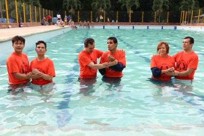 El segundo día del campamento Edwin, Félix y Évelin decidieron seguir a Jesús y lo demostraron públicamente a través del bautismo