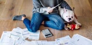Femme endettée avec son chien