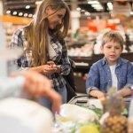 Mère et fils à l'épicerie