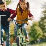 Enfants qui jouent ensemble dehors en automne