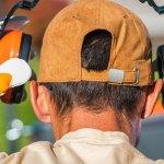 Homme qui protège ses oreilles du bruit