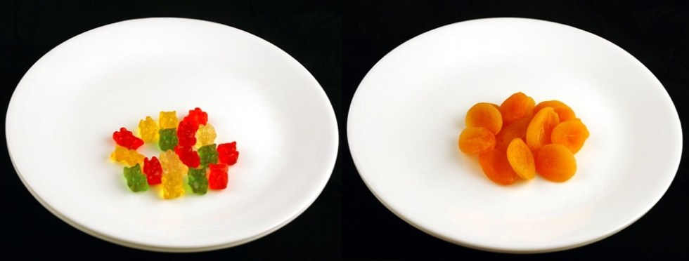 200_calories_gummy-bears-vs-apricots