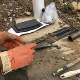 L'ingénieur caractérise les différentes strates de sol pour connaitre leur capacité porteuse.