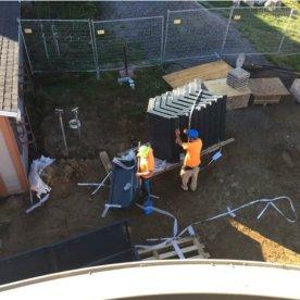 L'équipe déballant les composantes de l'enveloppe du terminal. Dans un atelier situé à Laval, les postes d'opérations prennent forme.