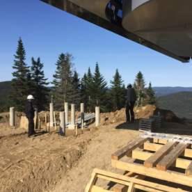 Installation de l'armature des pylônes en béton qui vont supporter la structure. Installation des sonotubes qui vont soutenir le poste d'opérateur.