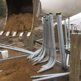 Creusage de plusieurs tranchées pour les conducteurs de l'alimentation principale de la remontée. Beaucoup d'action sur le chantier avec des conditions météorologiques difficiles.