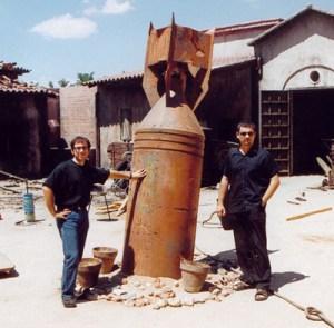 """Antonio y yo, jóvenes y felices en el decorado de """"El espinazo del diablo""""."""