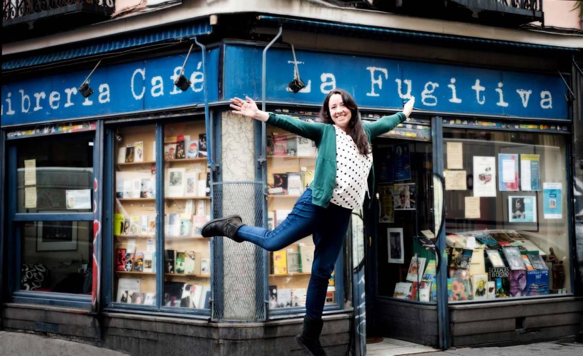 La guionista Susana López Rubio frente a la librería La Fugitiva de Madrid. Foto © Ana Álvarez Prada