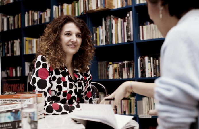 La guionista Olatz Arroyo en la librería Ocho y Medio de Madrid