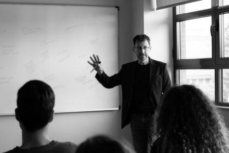 El guionista Sergio Barrejón imparte una clase en la Universidad Pontificia de Salamanca