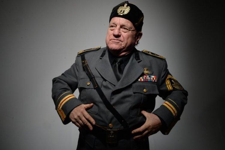 Leo Bassi caracterizado como Benito Mussolini
