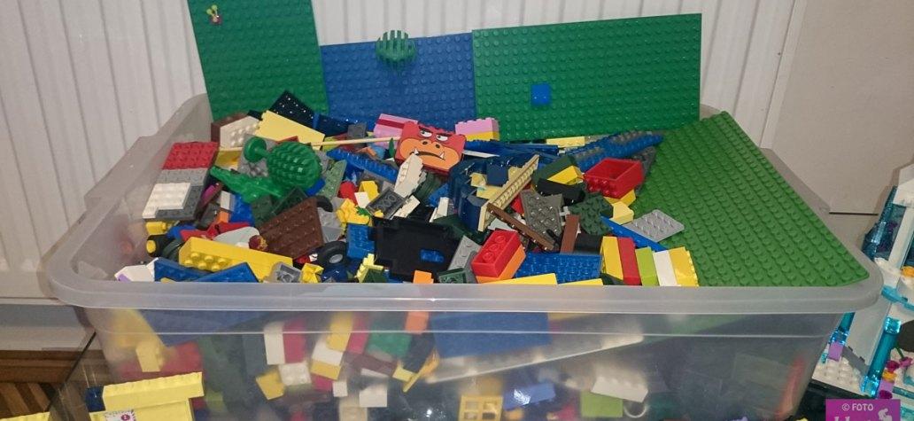 cutie cu piese Lego
