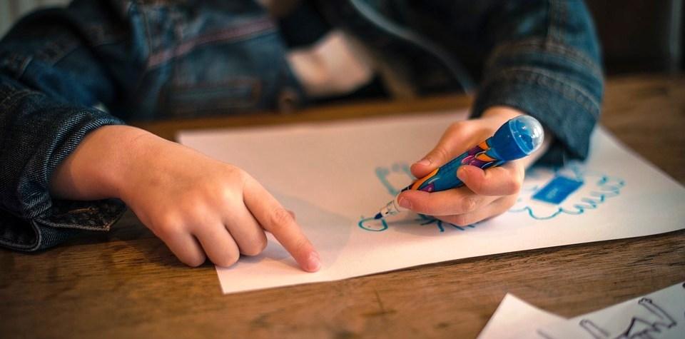 copilul scrie cu mana stanga -foto pixabay.com