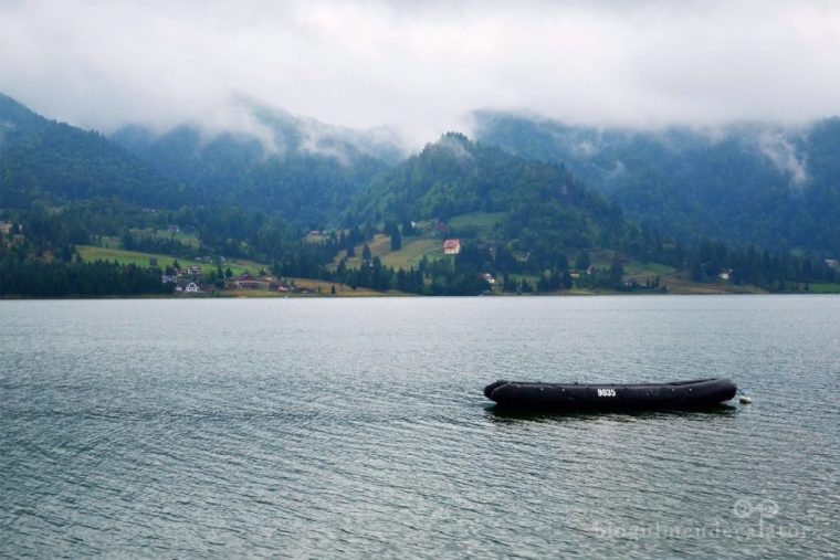barca pe lacul Colibita
