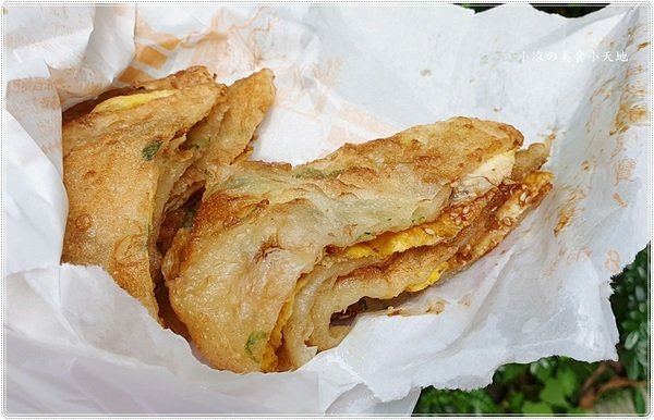 38ef6a3b cebf 47af 82ee 0885ba1e4c90 - 臧羅葱油餅║在地人狂推!午後人氣傳統小吃,蔥油餅加蛋、加蒜蓉醬最對味!!(頂好超市對面)