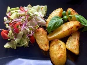Ziemniaki podane na talerzu z sałatką