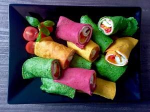 Różnokolorowe naleśniki z szynką i serem