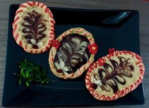 Wielkanocne mazurki z kruchego ciasta z polewą czekoladową