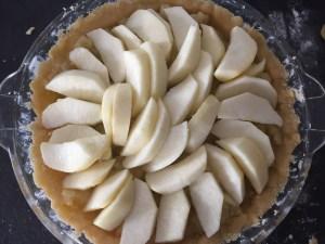 Plastry jabłek ułozone na musie jabłkowym