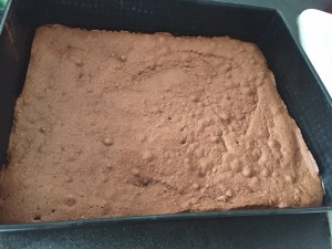 Ciasto na blasze przygotowane do pieczenia