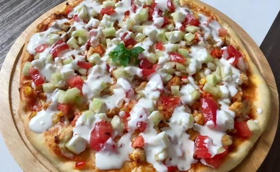 Pizza z kurczakiem pomidorem i ogórkiem