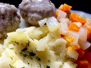 Obiad z gotowanymi warzywami