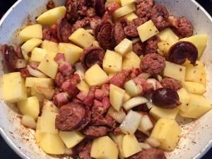 Smażone ziemniaczki i kiełbaska