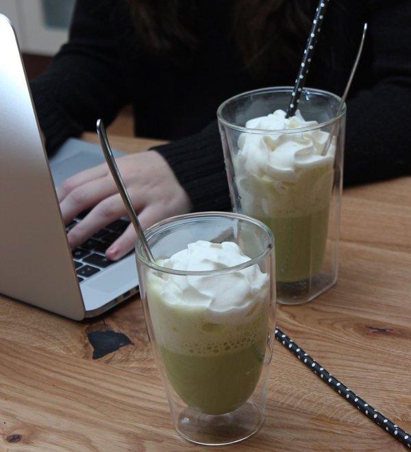 Frauen & Entscheidungen und KRÜGER YOU Matcha Latte Classic
