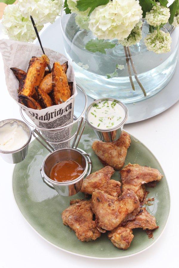 Parmesan-Süßkartoffel-Wedges, Chicken Wings & Parmesan-Joghurt Dip - VitAir Turbo Heißluftfritteuse von Klarstein
