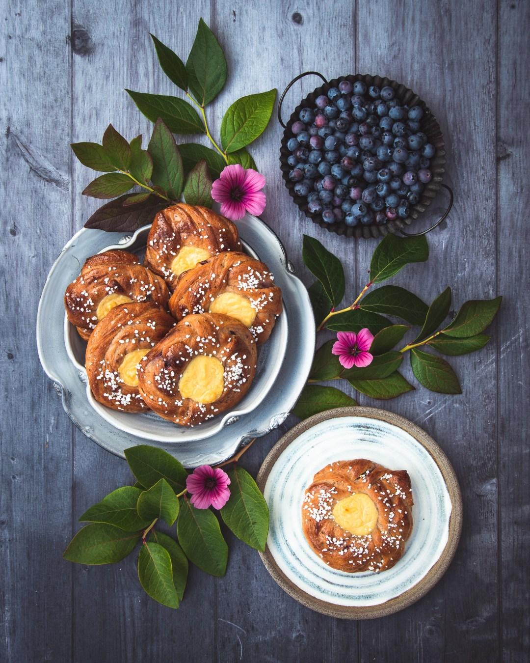 blåbärsbullar med vaniljkräm