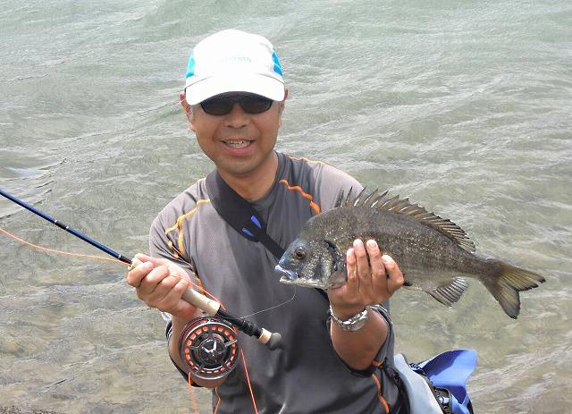 今回のコーディネーター、アンパラの山本さんが2日目に釣った良型チヌ
