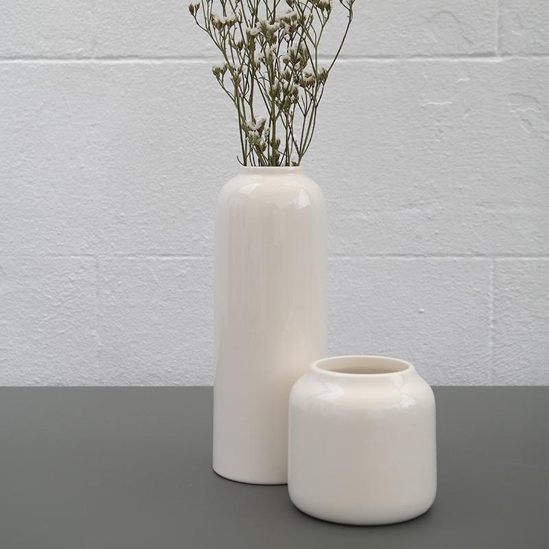 Coloris sable blanc du vase Calune et Dahlia de Bloom