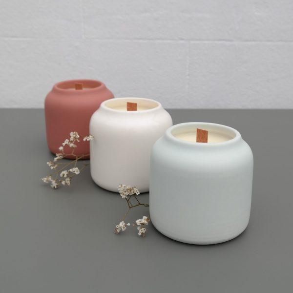 bougie parfumée disponible en trois coloris : Sable blanc, Menthe givrée et Lie de vin
