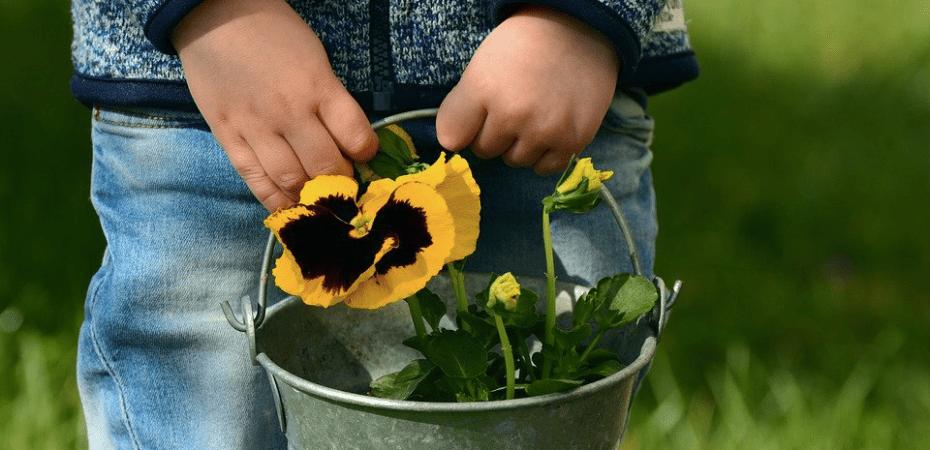 Kids Moms gardens