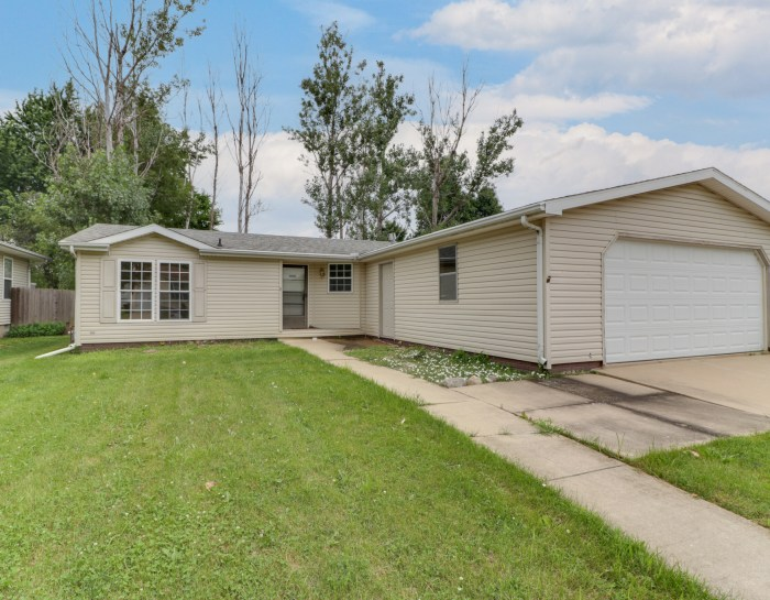 8 Geneva Ct, Bloomington, IL 61704