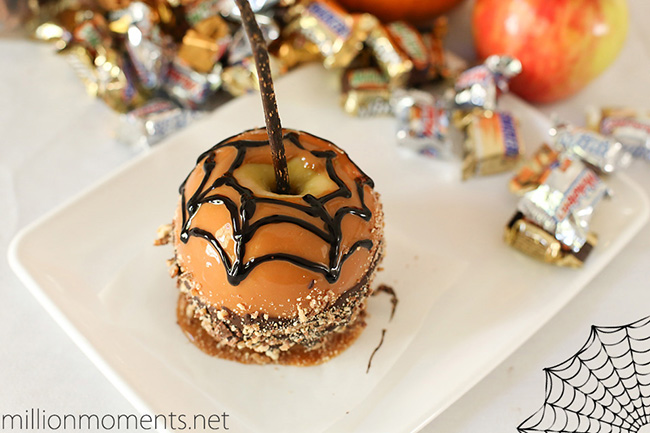 Loving the spider web on this Halloween caramel apple