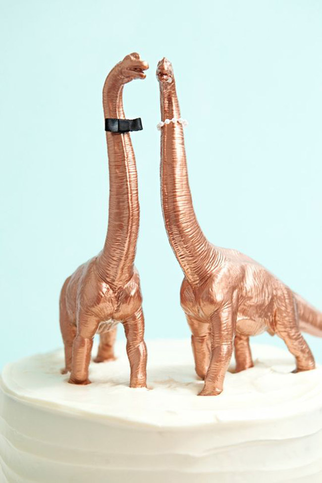 This gold dinosaur cake toppers are adorable!