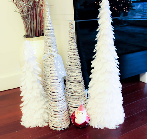 White Christmas Tree Home Decor- See more holiday home tour on B. Lovely Events