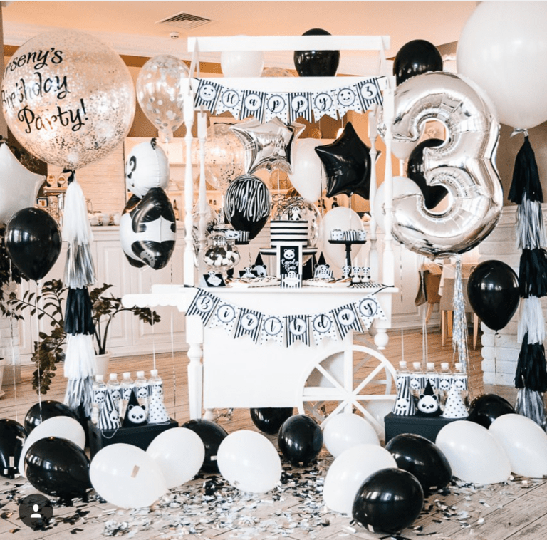 the balloons in this panda party are amazing!-See more Panda Party ideas on B. Lovely Events