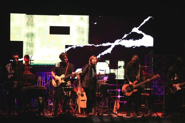 董事長樂團全程於舞台上離地三米的高台進行 Live 演出,更為《風中浮沉的花蕊》舞台劇普寫新歌。
