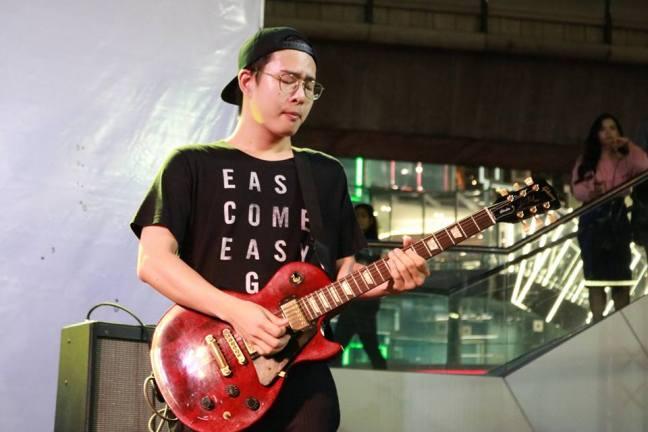 吉他手歐文。(照片取自 Phum Viphurit 臉書)