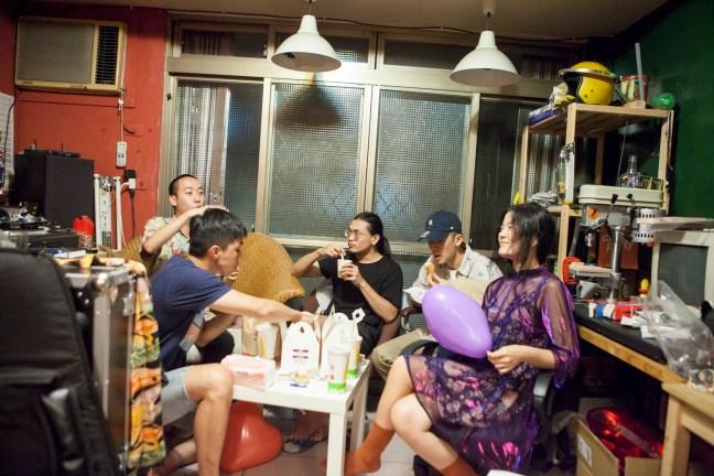 採訪正值晚餐時段,大家便叫了麥當勞外送,邊吃邊聊,互相吐槽。
